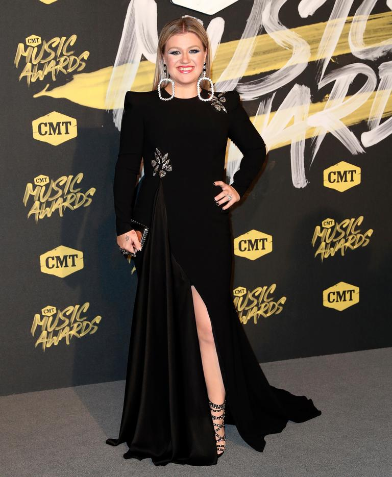 Kelly Clarkson arrives at the CMT Music Awards (AP Photo/Al Wagner)