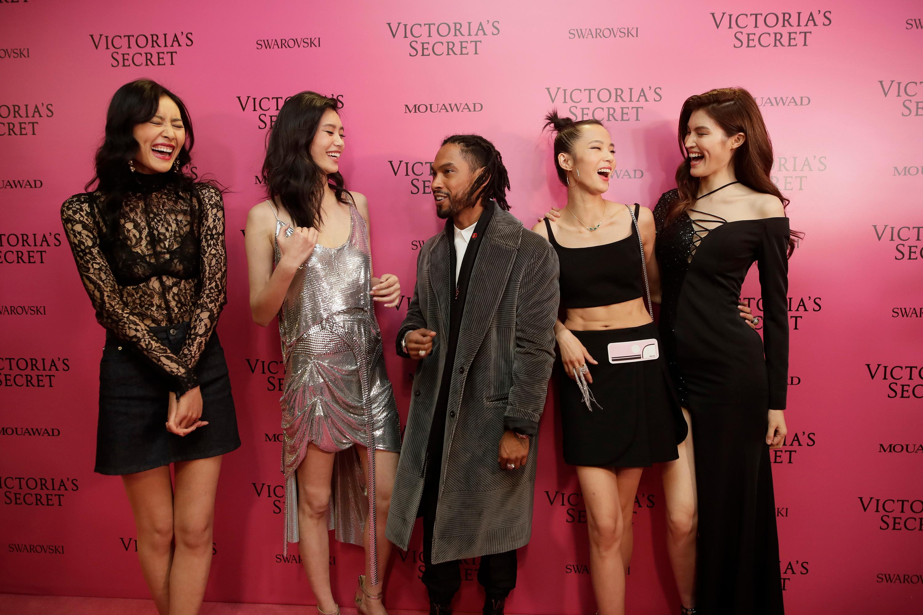 From left to right, Liu Wen, Xi Mengyao, Miguel Jontel Pimentel, Ju Xiaowen, He Sui pose for a photo, at the after party of the Victoria's Secret fashion show inside the Mercedes-Benz Arena in Shanghai, China, Monday, Nov. 20, 2017. (AP Photo)