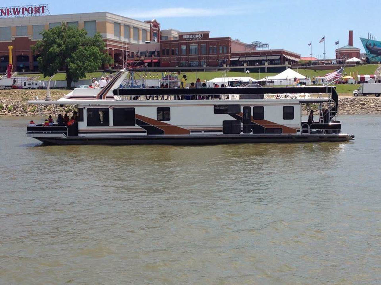 This spacious houseboat on the Ohio River sleeps up to eight people, making it the perfect place for a summer getaway with friends. The 60-foot deck offers plenty of space to grill out and catch some sun during the day and a prime location in the Manhattan Harbour—only 10 minutes from Cincinnati—serves up shimmering city views at night. The space houses 4 bedrooms and 2 baths. / Image: Chris Watkins // Published: 5.21.19